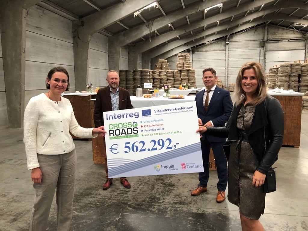 Afbeelding bij het artikel van CrossRoads2 Sustainable Energy over de uitreiking van een cheque
